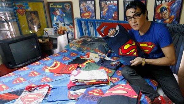 Supermen na Filipinma u svojoj sobi